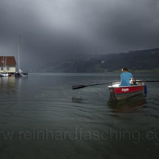 Luca flüchtet im Ruderboot vor einem herannahenden Gewitter