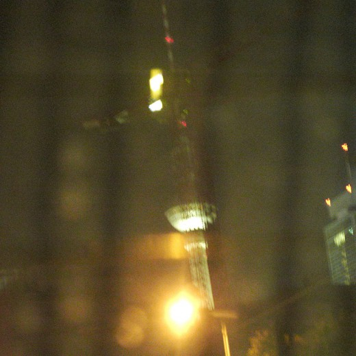 Der Fernsehturm aus dem fahrenden Auto