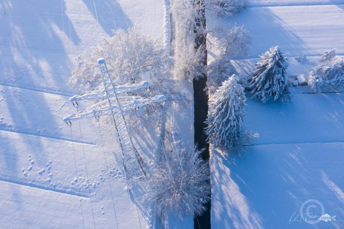 Grafische reduzierte Winterlandschaft, Drohnen Fotografie nach heftigen Schneefällen, Lustenauer Ried Landschaft, Fotograf Reinhard Fasching, Bregenz